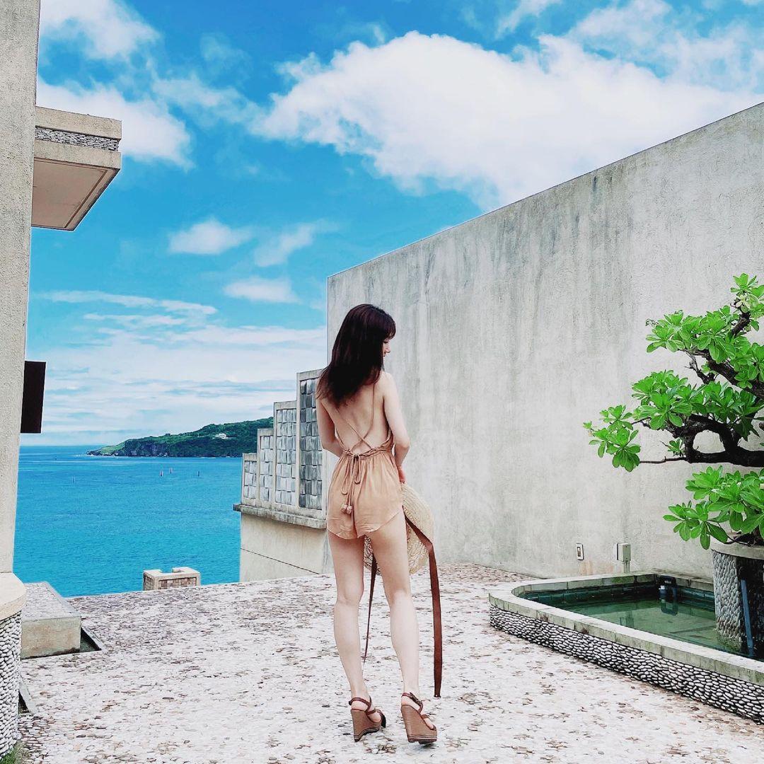 柏木由紀「AKB衣装に囲まれて…」30歳記念写真集のオフショットを続々公開【画像3枚】の画像003