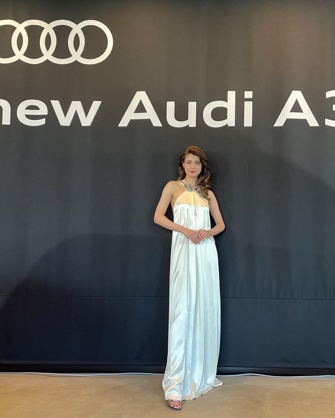 マギー「美背中&肩がセクシー!」高級車発表会で白のドレス姿を披露【画像3枚】の画像002