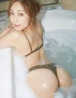 辰巳奈都子「泡にまみれた32歳の美尻」細すぎTバック下着で悩殺!の画像