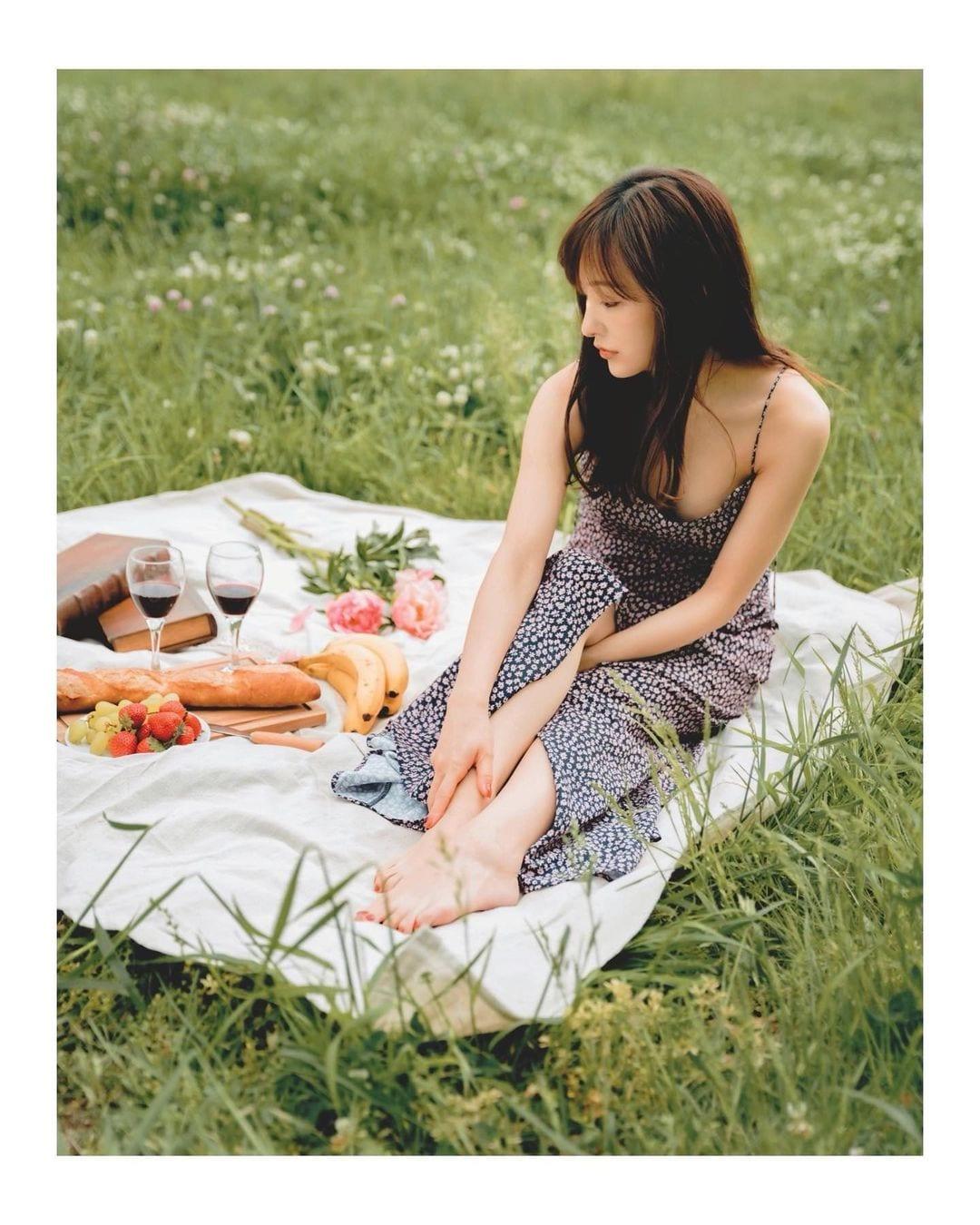 板野友美「胸元セクシーなキャミワンピ」ピクニックの様子を公開【画像4枚】の画像003
