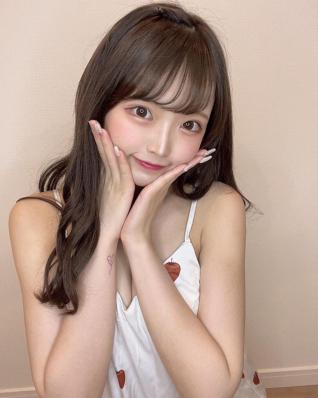 元NMB48植村梓「柔らかそうな胸元がセクシー…」いちご柄のキャミ姿にファン「無限に欲しい」【画像2枚】の画像002