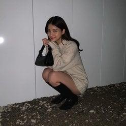 元欅坂46織田奈那「ニットから美脚チラ」しゃがんだ姿がちんまり可愛い【画像2枚】の画像