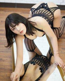 """""""過激グラドル""""金子智美「鏡に映るバストが刺激的」セクシー衣装で四つん這いの画像"""