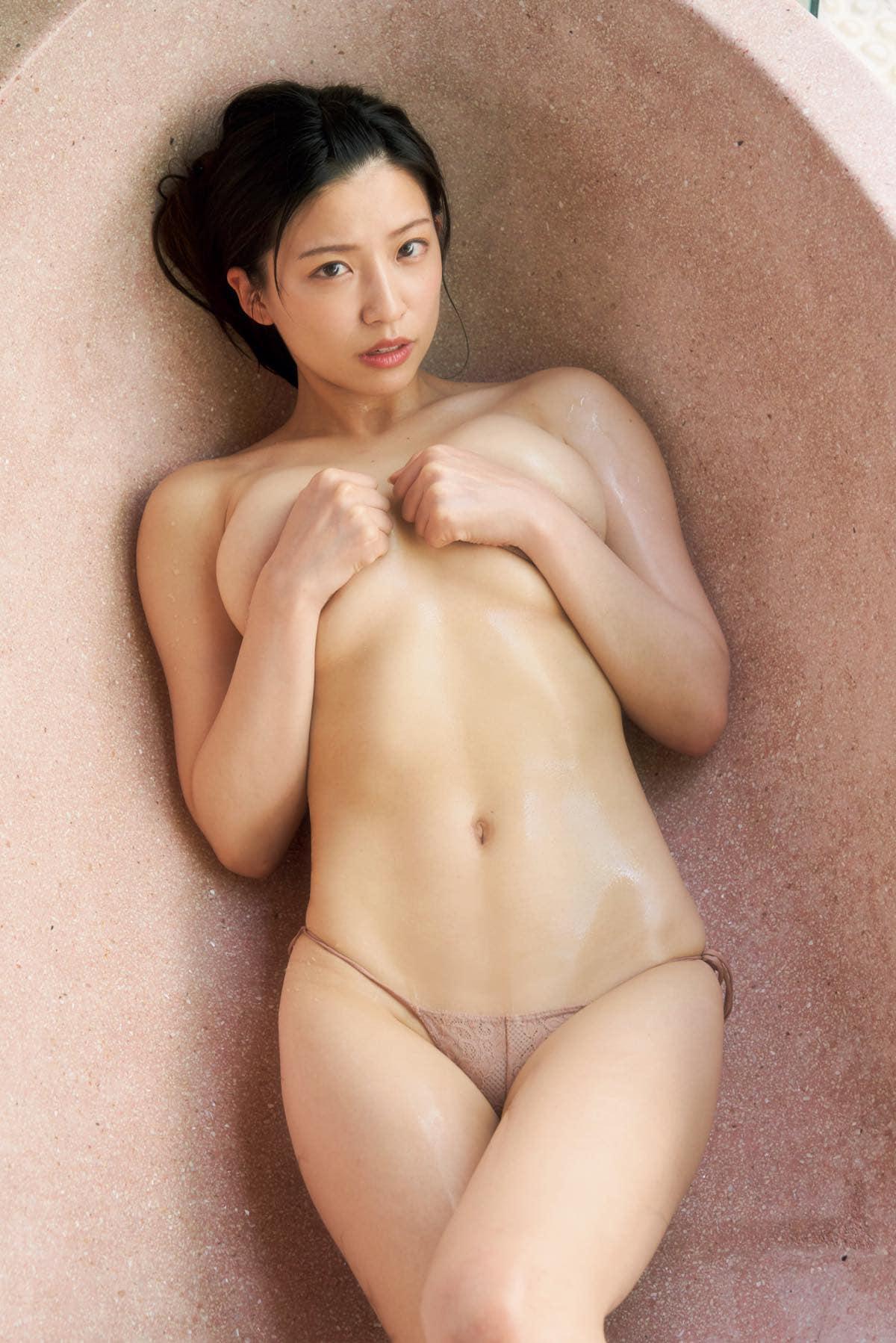 佐野マリア「ほぼ生まれたまま」大胆すぎる入浴姿【写真7枚】の画像001