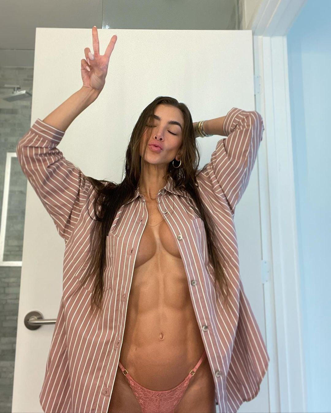 アンジェラ・サグラ「エッチすぎるパジャマ姿」浮き出た美腹筋がなんともセクシー…【画像4枚】の画像003