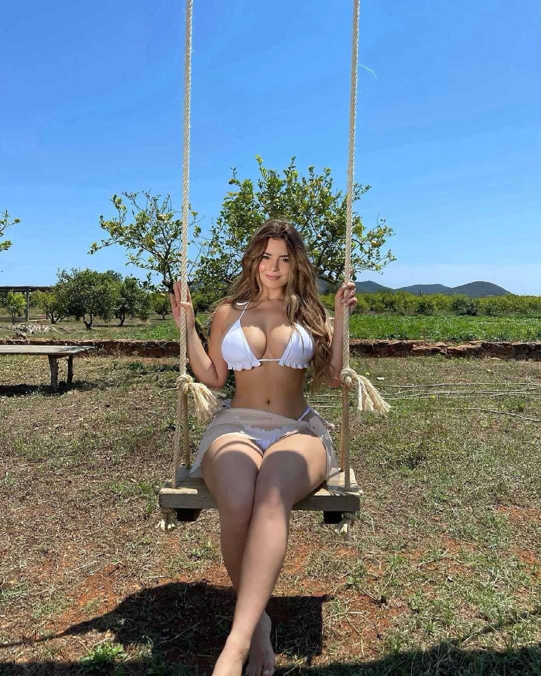 デミ・ローズ「迫力の美ボディをリゾートで開放!」ビキニスタイルでブランコを…?【画像2枚】の画像002