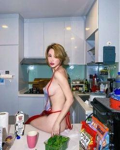 """シン・ユリ「スケベすぎる""""裸エプロン""""」家事が終わったら…どうする?の画像"""