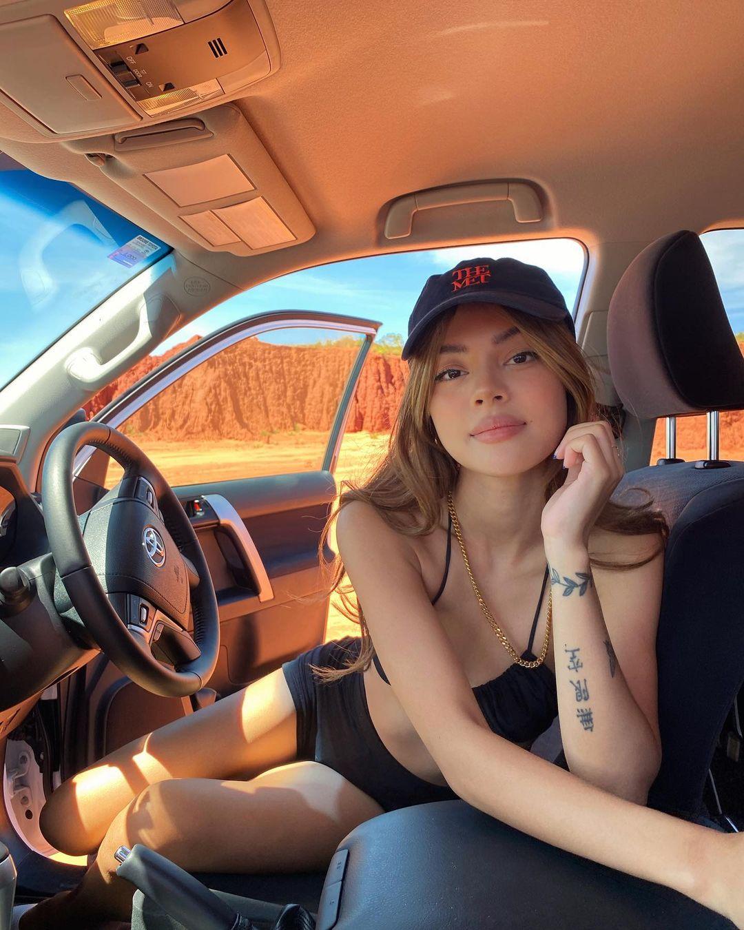 """リリー・メイマック「オーストラリアの""""ちっぱい""""モデル」大自然の中でドライブ…?【画像3枚】の画像001"""