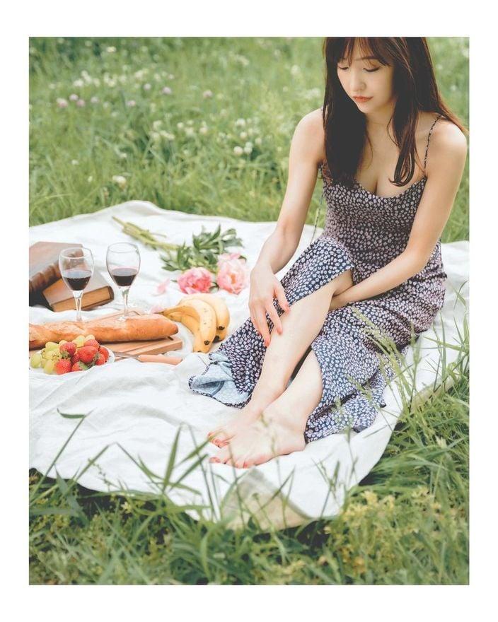 板野友美「胸元セクシーなキャミワンピ」ピクニックの様子を公開【画像4枚】の画像
