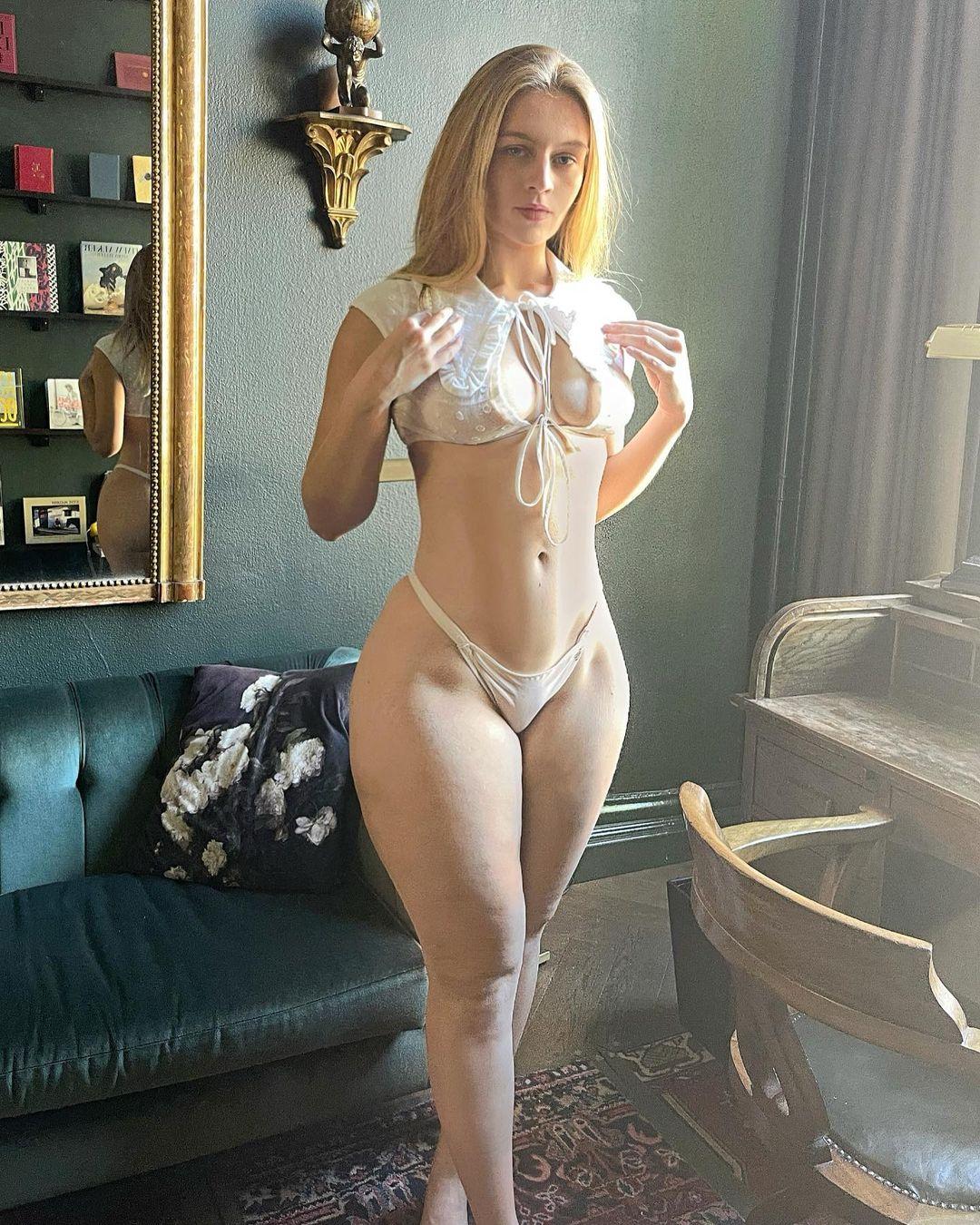 ベラ・ダイクマン「オランダのナンバーワン美尻!」クラシックな室内で白の下着を…【画像3枚】の画像003