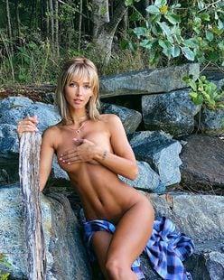 レイチェル・クック「世界で最も美しい顔100人」ノミネートが大自然の中でオールヌード【写真2枚】の画像