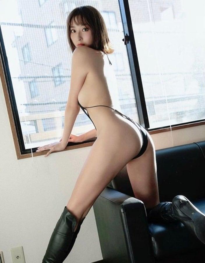 緒方咲「裸よりえっちな激細ハイレグ」摩天楼ボディが際立つバックショットの画像