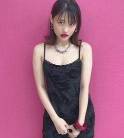 石田桃香「色白な谷間に釘づけ!」大人の魅力あふれる黒ドレスの画像