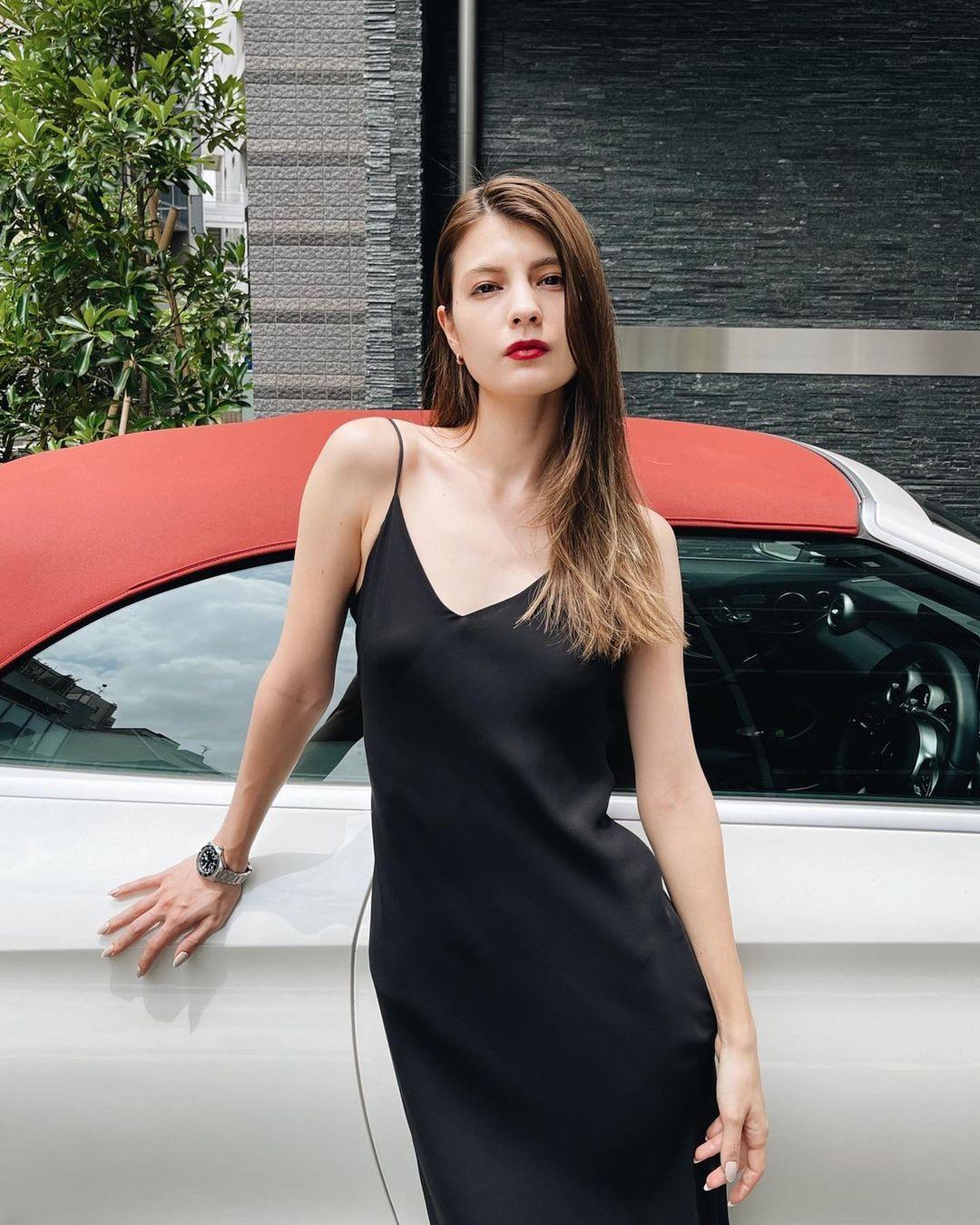 マギー「スタイル際立つ黒ドレス!」オトナな美脚でファン魅了【画像5枚】の画像005