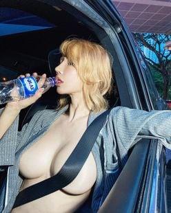 """シン・ユリ「過激に""""シートベルトブラ""""」?新年からセクシーすぎるドライブの画像"""