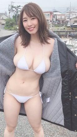 """""""恵体Hカップ""""夏来唯「デカ乳がヨコからあふれすぎ!」コートの下はダイナマイトボディの画像"""
