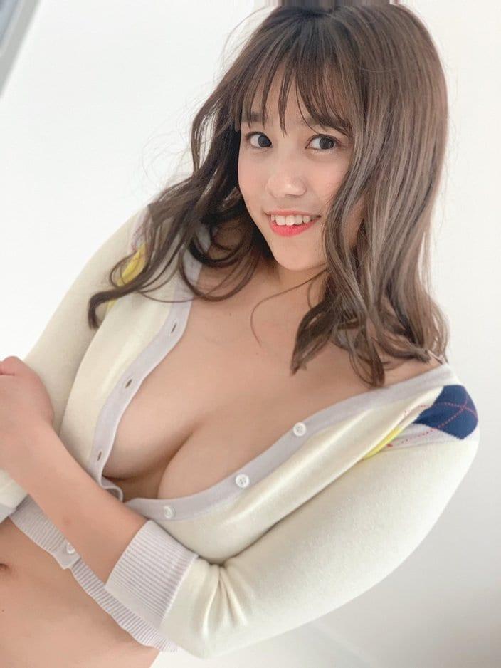 元NMB48沖田彩華「素肌にカーディガンがエッチ…」自身のグラビアDVD売れ筋ランキング1位に感謝の画像
