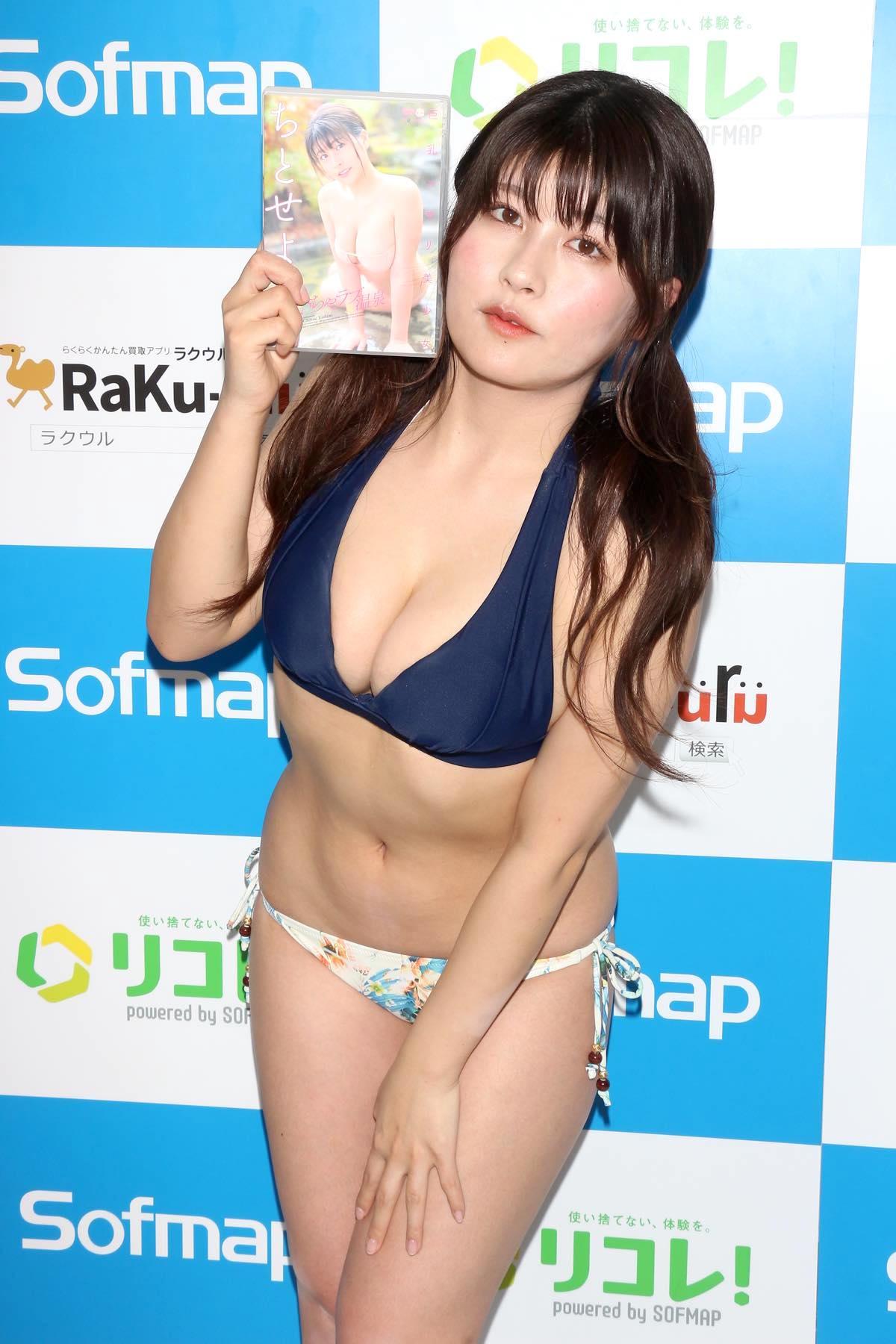ちとせよしの「むちむちツインテール美少女」競泳水着で温泉入浴の画像035