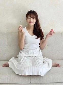 鷲見玲奈アナ「白ニットで胸元ピチピチ」マカロンを食べて最高の笑顔の画像