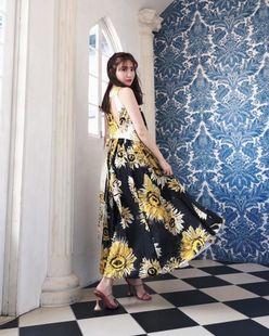 小嶋陽菜「美背中チラリ」夏らしいワンピースをヒラヒラ【写真3枚】の画像