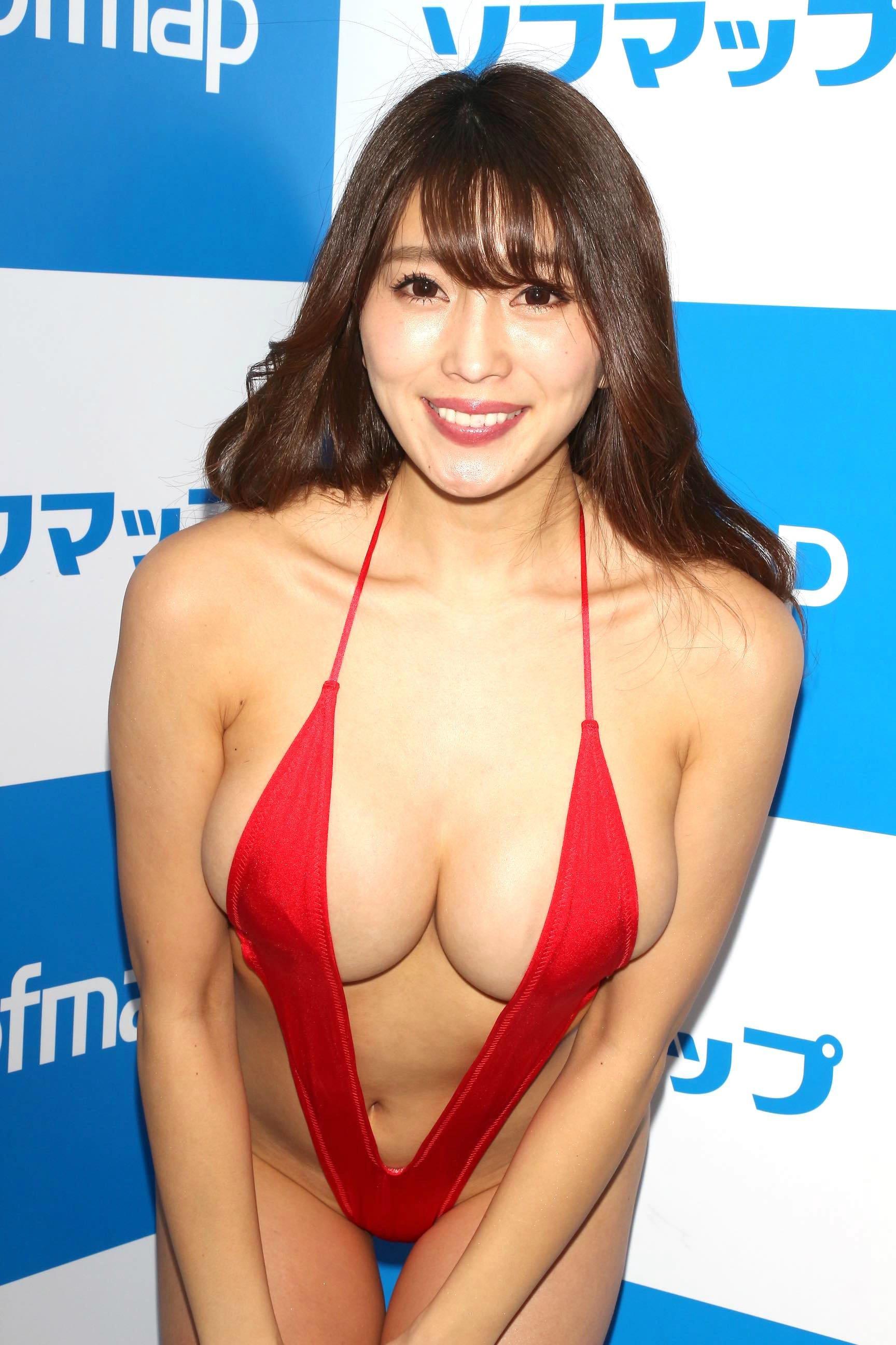 森咲智美「下乳も横乳も谷間も」超Vレグで全開に!【写真21枚】の画像016