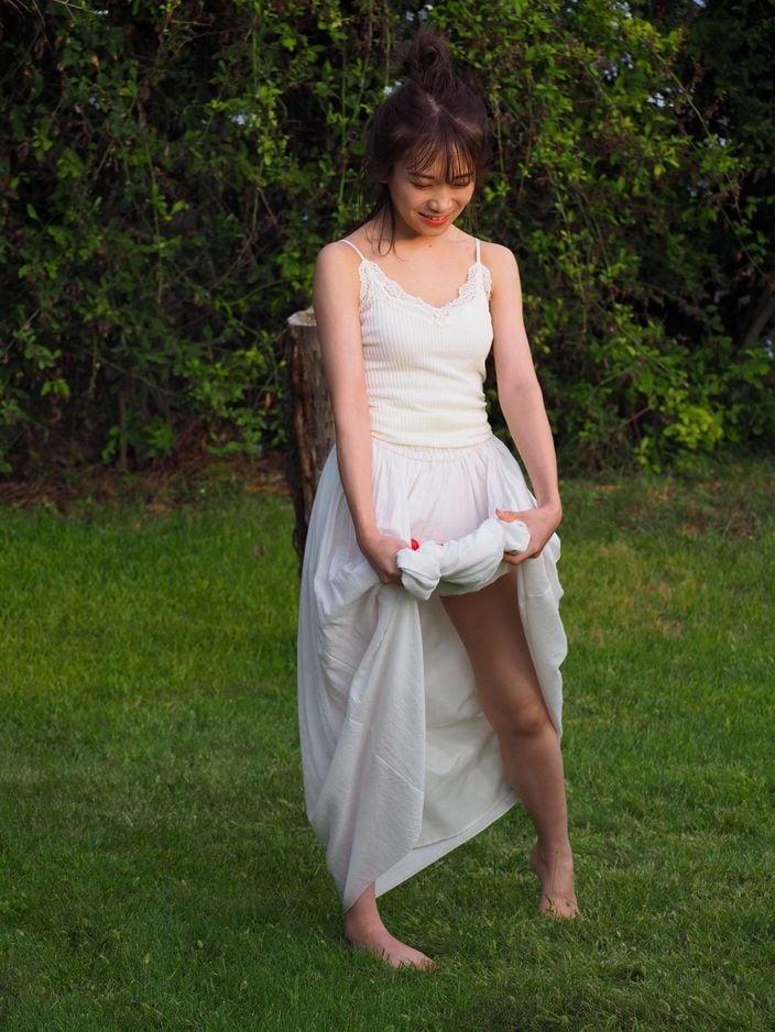 1位 秋元真夏「スカートを自分でチラリ!」裾から覗く美しい太もも