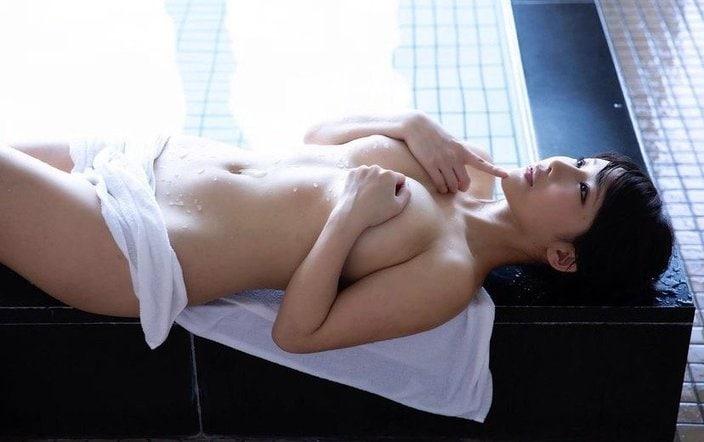 """""""妖艶グラドル""""琴井ありさ「手ブラでボインを死守!」限界ギリギリの湯上がり姿の画像"""