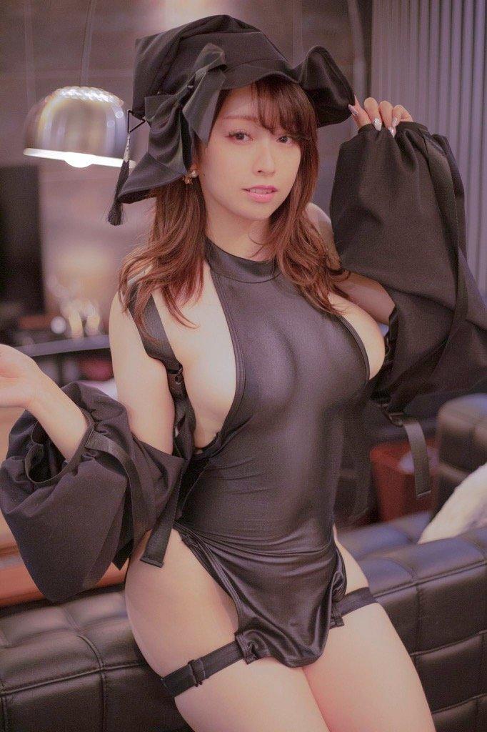 椎名煌「むちむち過ぎるサキュバス!」ボディラインと横乳を強調【画像2枚】の画像001