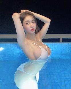 韓国モデル・キャンディ「大きなバストが美麗すぎる…」お気に入りのリゾートで極小ビキニ【画像3枚】の画像
