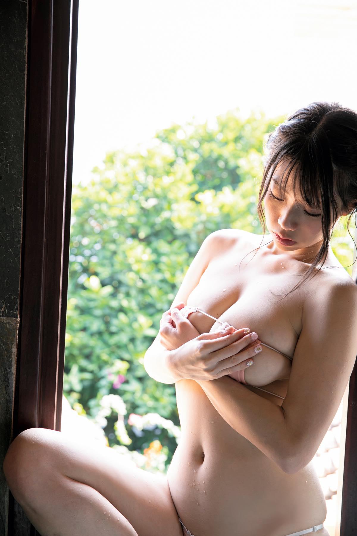 鈴木ふみ奈「世界標準」ゴージャスボディがバスルームで輝く006