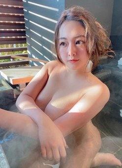 """""""100cmバスト""""秋山かほ「湯けむりで丸見えをガード?」混浴したいダイナマイトなカラダの画像"""