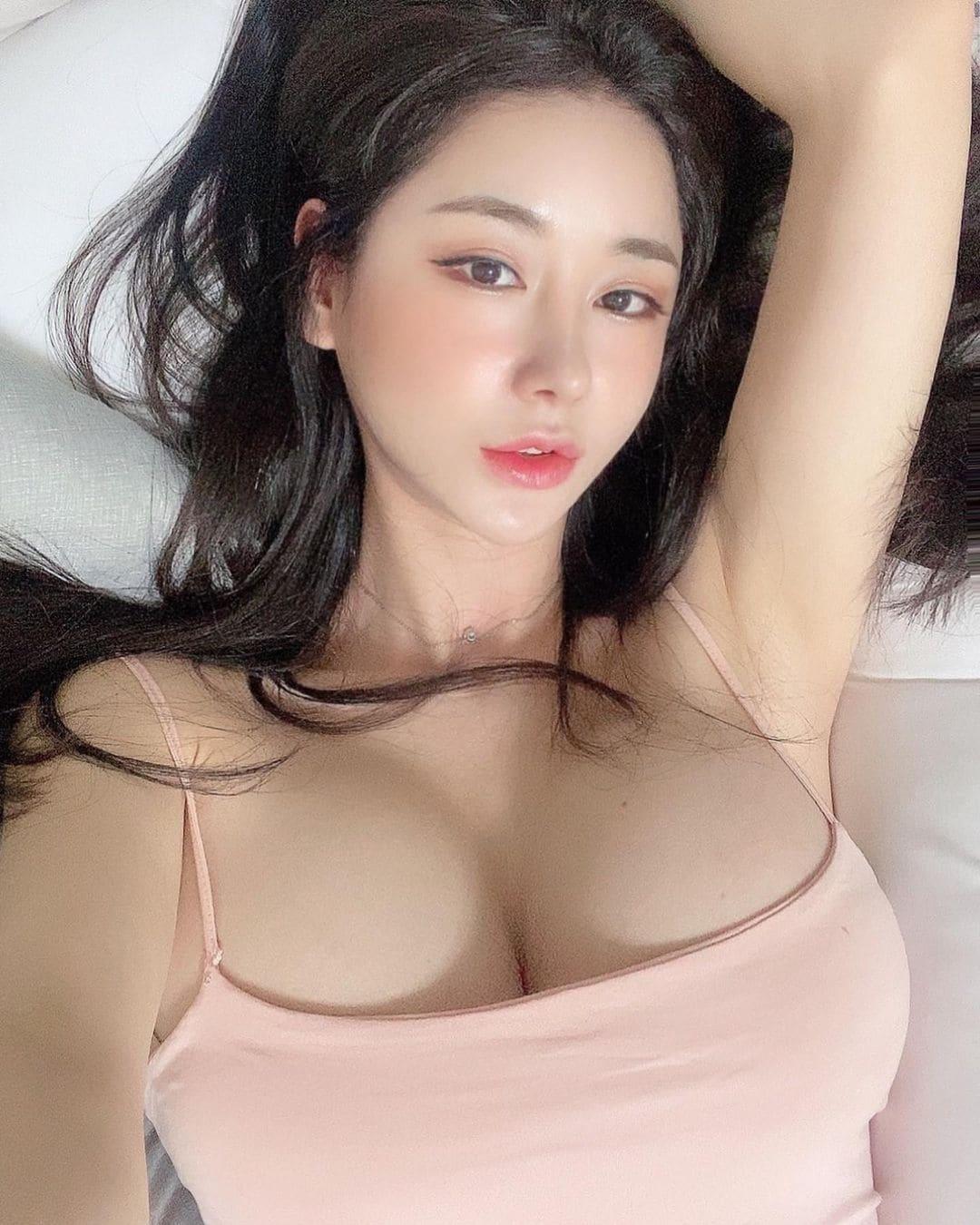 韓国モデル・キャンディ「妖艶な表情にファン興奮」大きすぎるバストを強調して…【画像2枚】の画像002