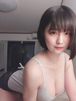 大間乃トーコ「H乳がキャミからあふれそう」お部屋で胸寄せポーズの画像