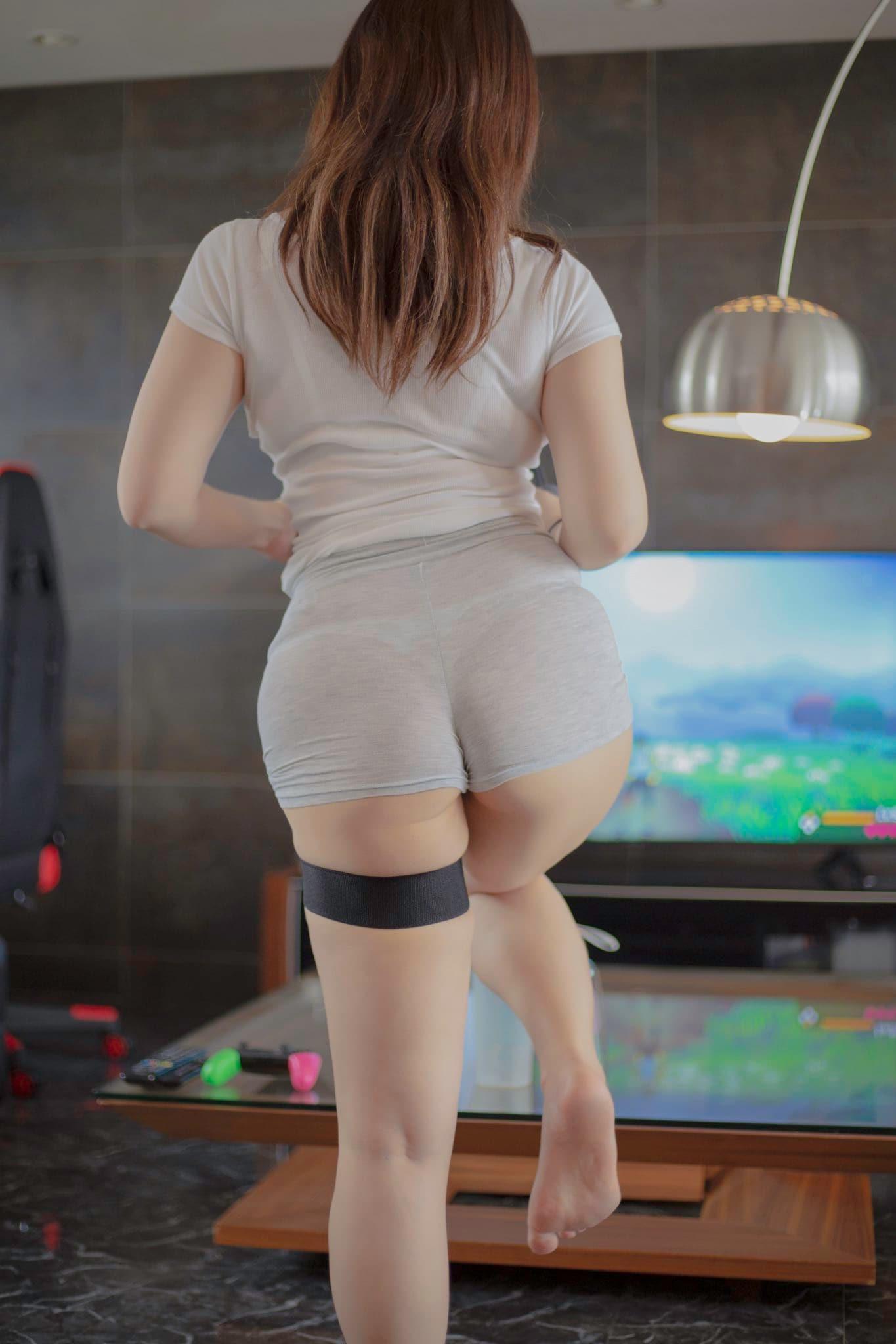 椎名煌「短パンからTバックがモロ透け」激しいフィットネスゲームで悶絶!【画像2枚】の画像001