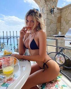 ガブリエラ・エプスタイン「あなたのフルーツ食べちゃうぞ?」ビキニ姿で美スタイル披露【画像3枚】の画像