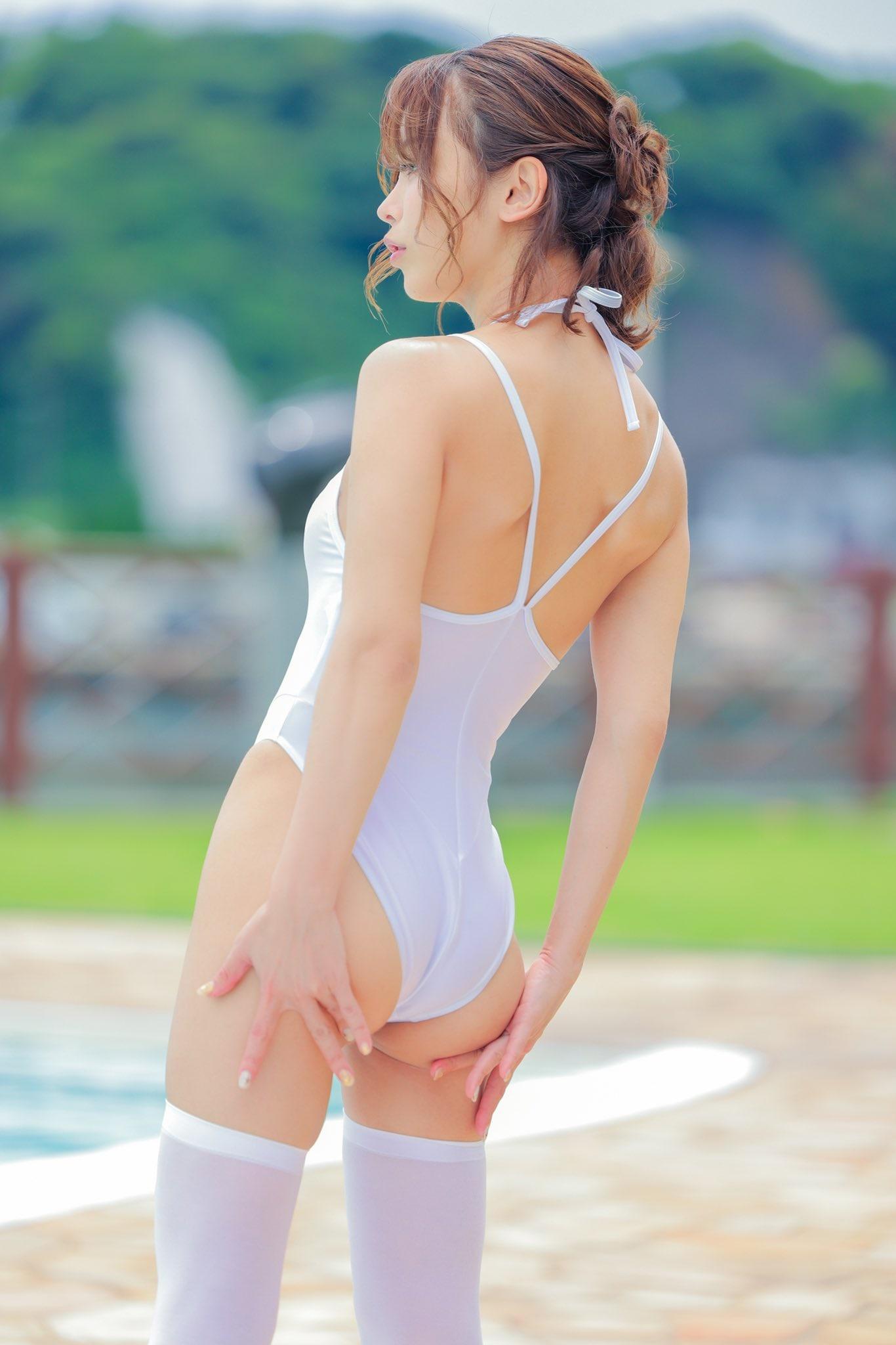 いくみ「ハイレグの純白競泳水着」おへそと尻が透けてる!【画像2枚】の画像001