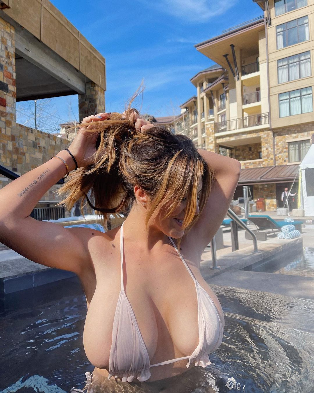 ダニエル・アヤラ「零れ落ちそうな極小ビキニ…」温水プールでウォッカをぐいっと【画像4枚】の画像002
