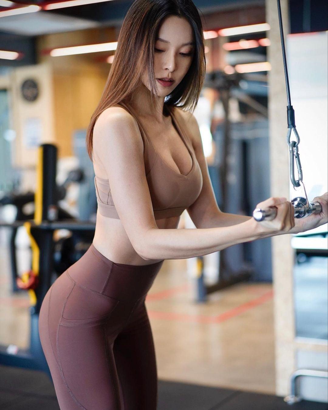 キャスリン・リー「セクシーすぎるトレーニング!」露出度高いウェアスタイルを大量投下【画像8枚】の画像008