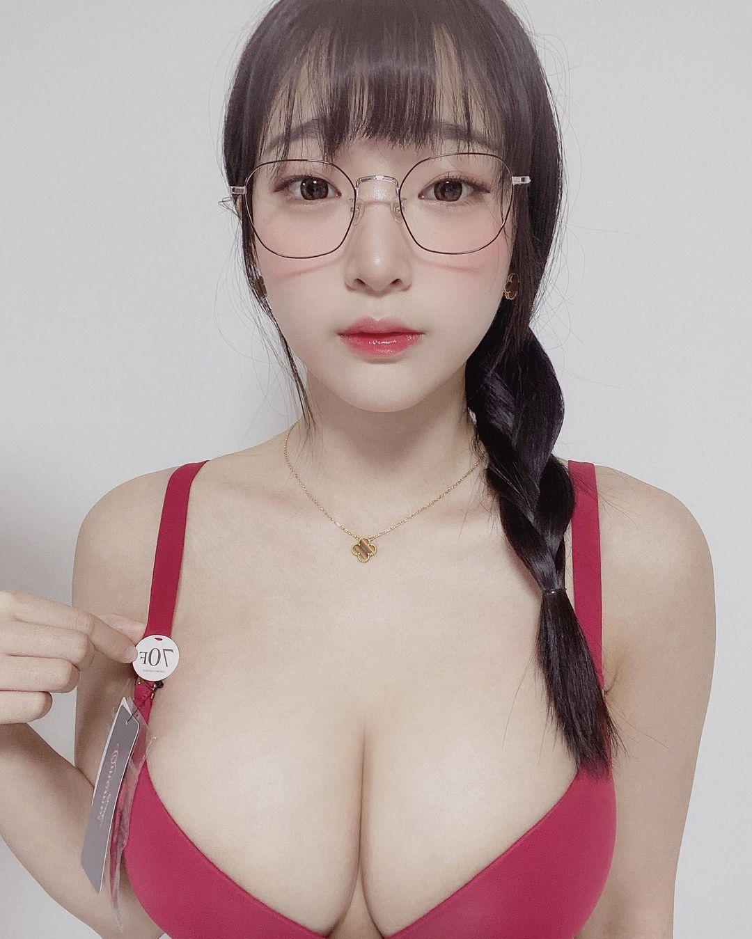 カン・インギョン「メガネ&三編み姿がかわいい」大きなバストに目が…【画像2枚】の画像002