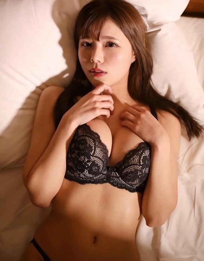 コスプレ美女・オシリス「妖艶ブラを見せつけて…」ベッドに押し倒されちゃった!の画像