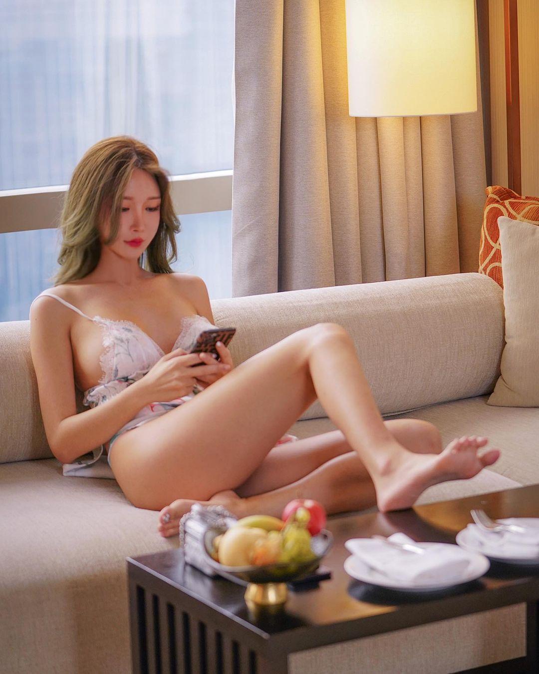 ガティタ・ヤン「裸エプロン風のギリギリ横乳!」妖艶な美スタイルにファン「このシリーズマジで好き」【画像3枚】の画像001