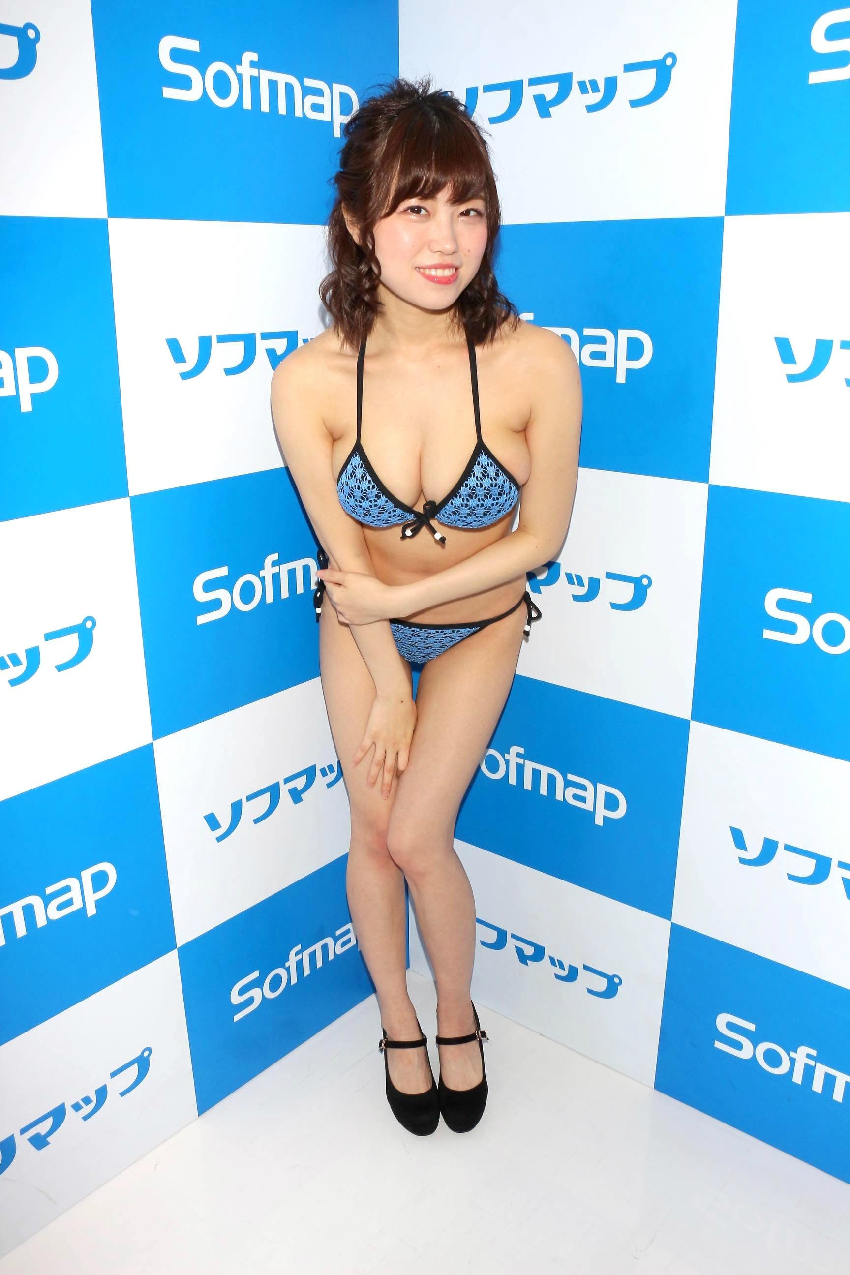麻亜子「はみ出しバスト」が大爆発!【写真29枚】の画像012