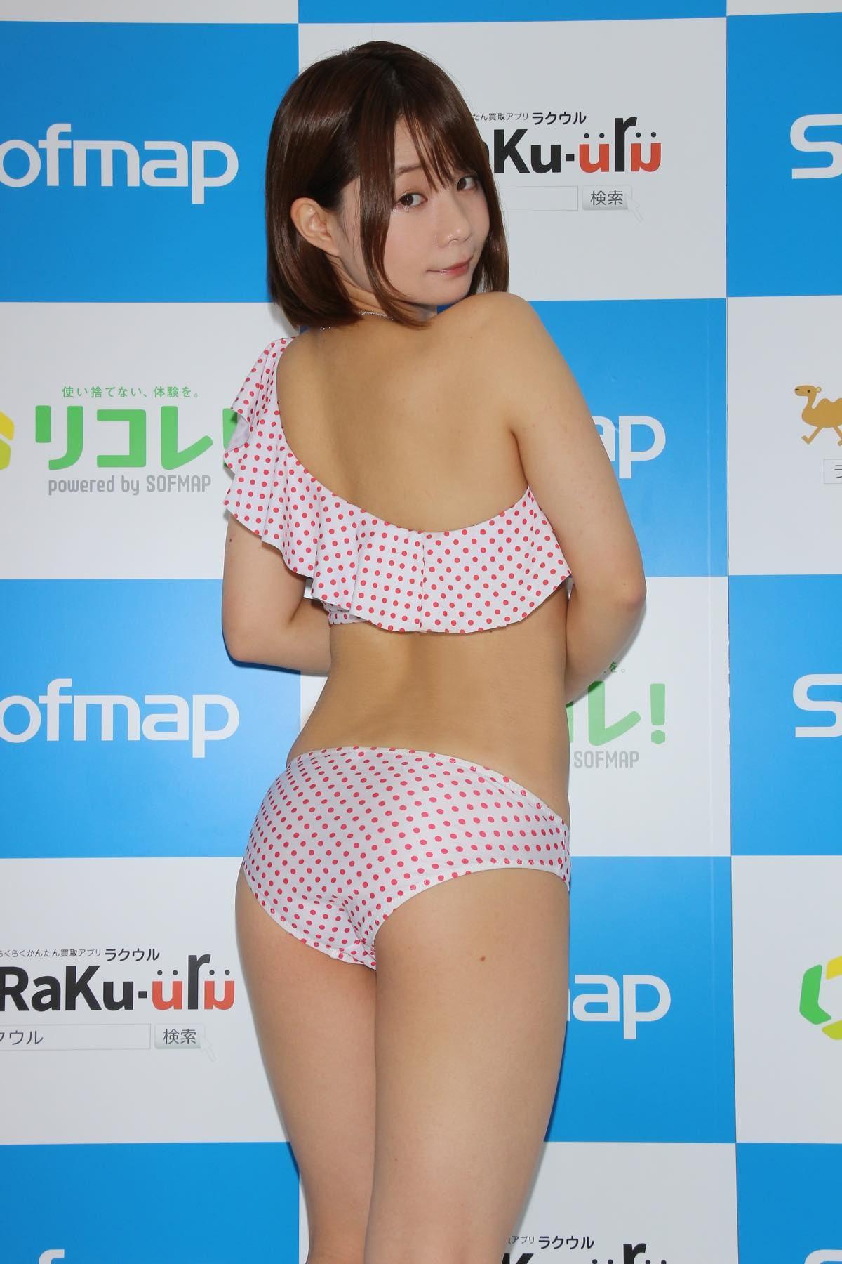 真奈「日本一パンチラしてるのが売り」毎日チラチラしてます【写真38枚】の画像002