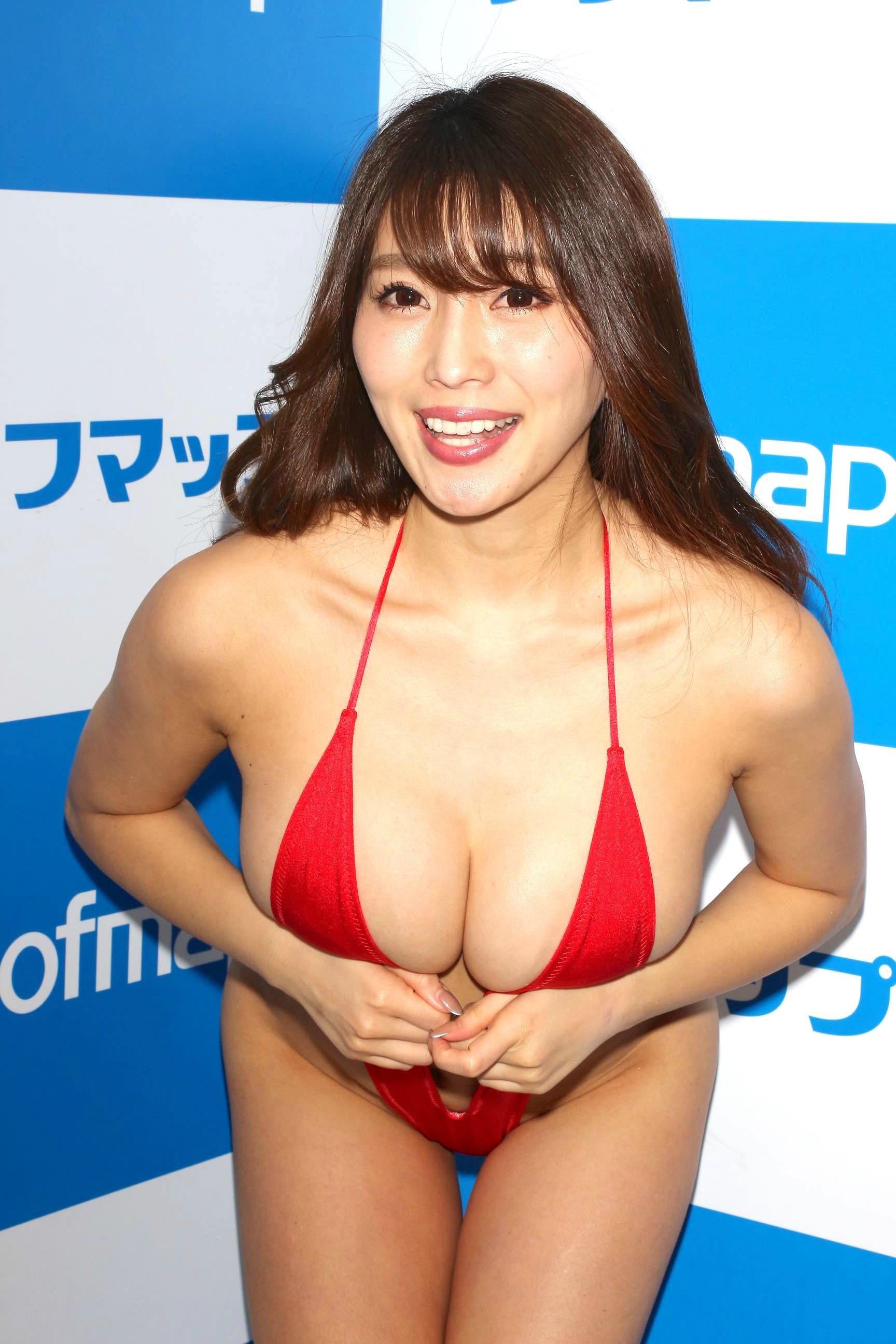 森咲智美「下乳も横乳も谷間も」超Vレグで全開に!【写真21枚】の画像015