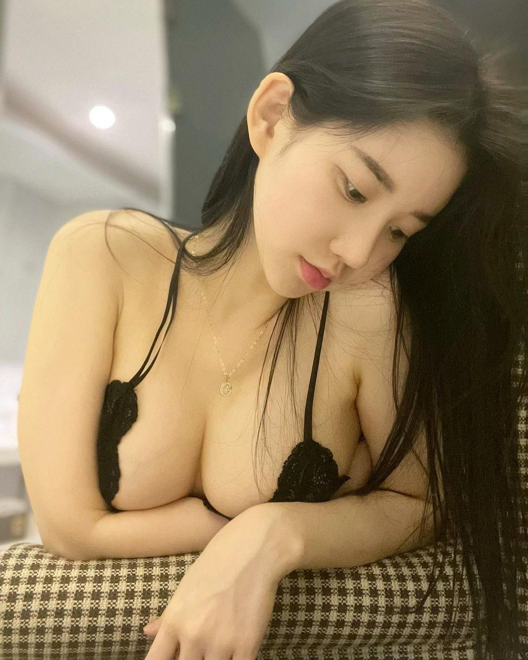 DJミユ「ブラ紐で胸を寄せて…」柔らかそうな美バストにファン注目【画像2枚】の画像001