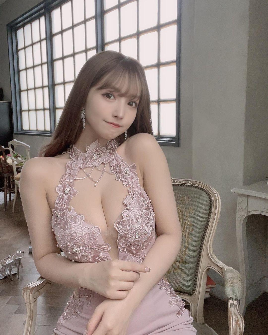 """三上悠亜""""柔らかそうな美バスト""""レーシーなドレス姿にファン「まるで女神様」【画像2枚】の画像002"""