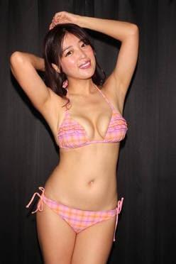 手束真知子「ドレス1枚でM字開脚」見えちゃいそうで恥ずかしい【画像42枚】の画像