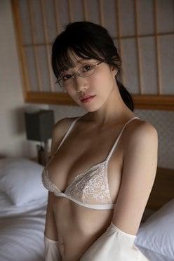 小湊優香「気品ある純白Gカップ」インテリ感漂うメガネ姿が美しい…の画像