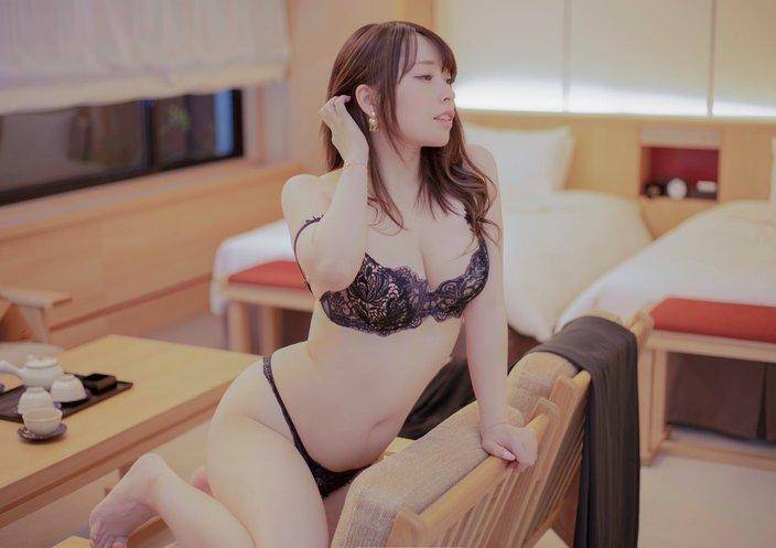 """""""コス美女""""椎名煌「セクシーすぎる四つん這い」艶っぽい下着でベッドに…【画像2枚】の画像"""