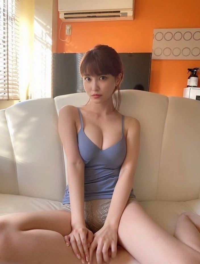 岸明日香「熱気を上げるパーフェクトボディ」部屋着からG乳がハミ出すぎ!の画像
